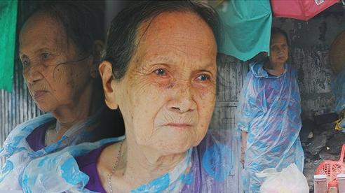 Cụ bà ngồi co ro giữa cơn mưa Sài Gòn để bán từng hủ mắm mưu sinh: 'Con nó hết thương ngoại rồi, giờ sống được ngày nào hay ngày đó'