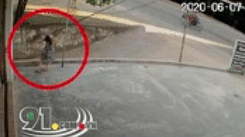 Clip: Bé gái bị điện giật trước cửa nhà, 2 người phụ nữ cùng có mặt nhưng không hay biết