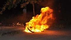 Nghịch tử tưới xăng đốt cha, 4 người trong gia đình bị bỏng nặng
