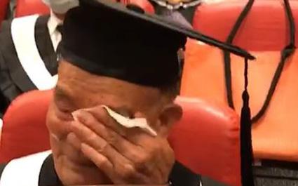 Cụ ông 80 tuổi học cấp 2, 91 tuổi nhận bằng đại học: Thà muộn còn hơn không!
