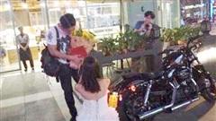 Cô gái chủ động mặc váy trắng đi cầu hôn bạn trai, thứ gây sốc nhất chính là tín vật thay cho chiếc nhẫn