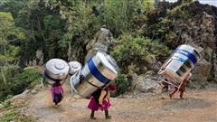 Hình ảnh phụ nữ Hà Giang gánh 'bồn nước 1.200 lít' vượt bao đèo dốc về nhà khiến CĐM trầm trồ xen lẫn thắc mắc