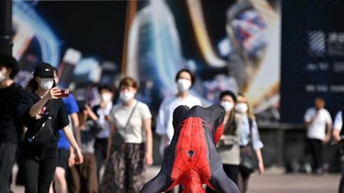 24h qua ảnh: Người nhện nhào lộn trên đường phố ở Nhật Bản