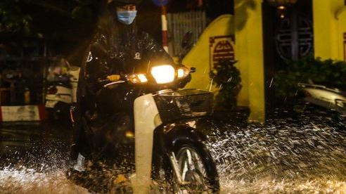 Người Hà Nội bì bõm trong cơn mưa 'vàng' giải nhiệt