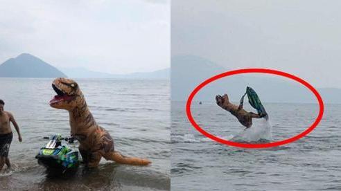 Chơi ca nô lướt sóng với bộ dạng khủng long, hình ảnh sau đó khiến tất cả chẳng nhịn nổi cười