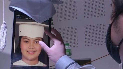 Robot nhận bằng tốt nghiệp tiểu học thay học sinh