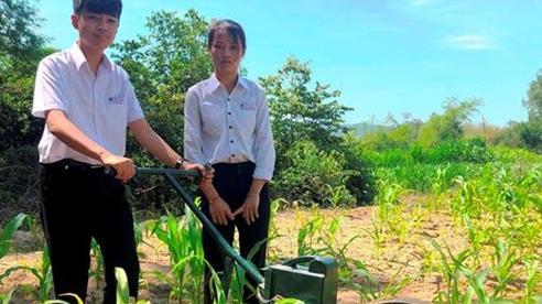 Học sinh lớp 9 chế tạo máy cày làm cỏ, bón phân