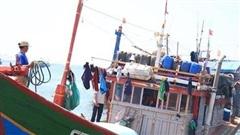 Tàu Trung Quốc áp sát tàu cá Việt Nam, làm 16 ngư dân rơi xuống biển
