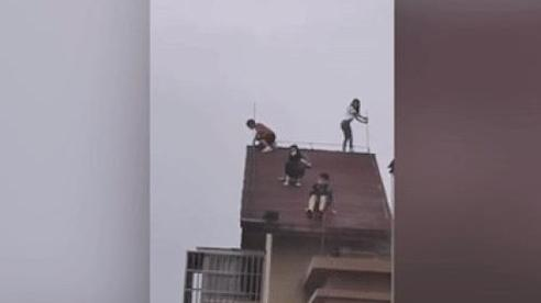 'Thót tim' chứng kiến 4 đứa trẻ đùa nghịch trên nóc chung cư 32 tầng