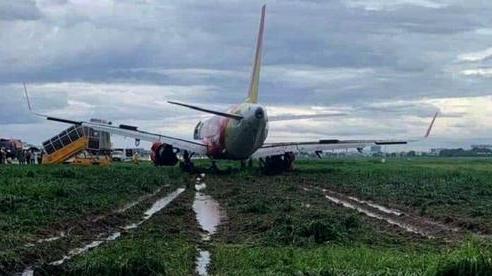 Máy bay trượt khỏi đường băng khiến sân bay Tân Sơn Nhất tạm dừng hoạt động