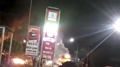 Xe tải bất ngờ bốc cháy trên quốc lộ, lửa lan sang thiêu rụi kho phế liệu
