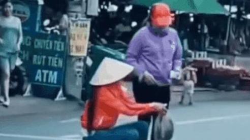 Clip: Ngao ngán cảnh người phụ nữ mang rau bày trên vạch kẻ đường rồi thản nhiên ngồi bán