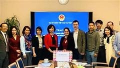 Đại sứ quán Việt Nam tại Thụy Sĩ trao khẩu trang của Chính phủ dành tặng cộng đồng người Việt