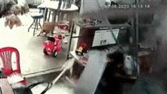 Clip: Thót tim khoảnh khắc bồn nước trên mái nhà vỡ tung, rơi sập xuống vị trí nam sinh đang ngồi