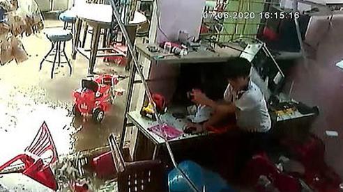 Báo Anh đăng video về cậu bé Việt Nam may mắn thoát chết khi mái nhà sập
