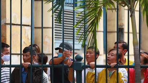[Ảnh] Người dân chen chân, 'bấu víu' ngoài hàng rào xem xét xử 'đại gia' đeo vàng giả Phúc XO