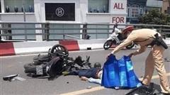 Đấu đầu ô tô, hai người đàn ông đi xe máy bị hất văng ra đường chấn thương nặng