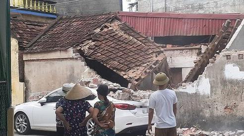 Đậu xe sát bờ tường một ngôi nhà, tài xế ô tô chẳng thể ngờ tai nạn hy hữu ập đến