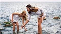 Hình ảnh 2 cô gái chơi đùa trên biển trông rất đỗi bình thường nhưng ẩn sau đó là một bí mật gây choáng váng cho bất kỳ ai