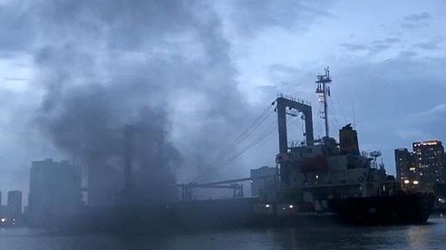 CLIP: Giải cứu tàu chở hàng nước ngoài bốc cháy