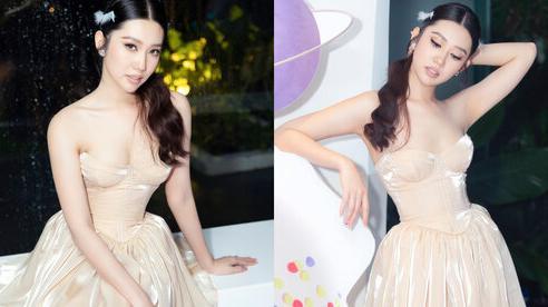 Thúy Ngân diện váy cúp ngực khoe vóc dáng gợi cảm tại sự kiện