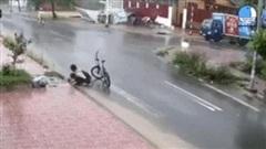 Nam sinh lớp 6 dọn rác miệng cống trong mưa gây xúc động