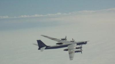 Moscow công bố video 'Chim ăn thịt' F-22 Mỹ áp sát 'gấu bay' Tu-95MS Nga