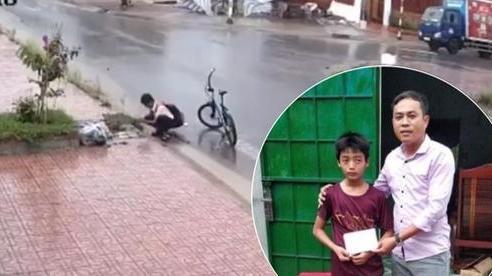 Gia cảnh khó khăn của cậu học sinh khơi cống thông nước mưa khiến CĐM xúc động