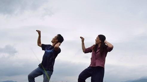 Video: 'Mắt tròn mắt dẹt' xem vợ chồng nông dân nhảy khi chăn bò, điêu luyện như dancer thực thụ