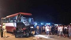Hiện trường vụ xe con đấu đầu xe chở khách du lịch khiến tài xế tử vong