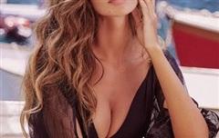 Chân dung người đàn bà đẹp nhất Romania, sở hữu vóc dáng 'nảy lửa' gây mê người nhìn