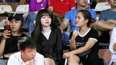 Huỳnh Anh cổ vũ Quang Hải đấu đội bóng của Phan Văn Đức