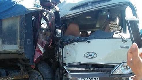 Xe khách đấu đầu xe tải, nhiều người bị thương nặng la hét hoảng loạn