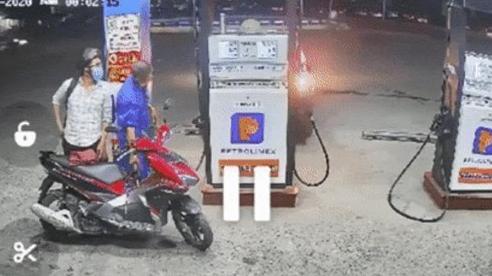 Clip: Lùi xe trúng hộp bơm xăng, ô tô bốc cháy dữ dội