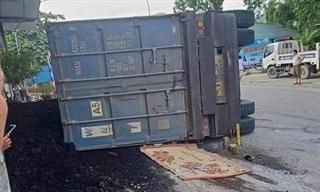 Xe contaner lật đè xe máy chạy bên cạnh, 2 người chết thảm