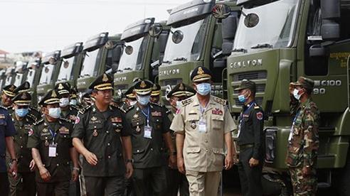 Con trai ông Hun Sen long trọng đón 300 xe quân sự Trung Quốc: Sự thật chuyện Bắc Kinh tặng quà Campuchia