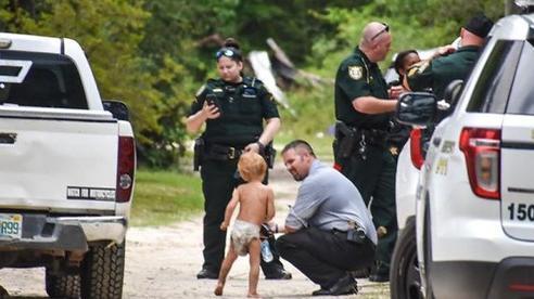 Nhận được tin báo về em bé tự kỉ 3 tuổi mất tích, cảnh sát nhanh chóng đến nơi và bất ngờ khi thấy '2 vệ sĩ' đang trông nom cậu nhóc