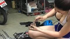 Ăn vận gợi cảm ngồi sửa xe máy rất chuyên nghiệp, cô gái xinh đẹp khiến cộng đồng mạng xôn xao, hào hứng xin info