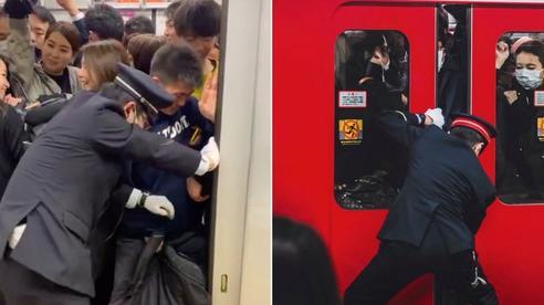 Du khách 'sốc' trước cảnh tượng này khi lần đầu đến Nhật Bản: Nhân viên cố nhồi nhét khách lên tàu, tìm hiểu nguyên nhân mới bất ngờ