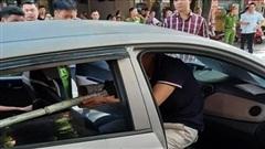 Bắt nghi phạm ngồi trên ô tô chĩa súng bắn người