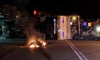 Xe tải kéo lê xe máy bốc cháy rồi lật xuống đường