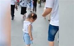 Cảnh tượng ông bố bị bỏ lại bơ vơ giữa phố còn con gái thì vừa đi vừa khóc gây chú ý, câu chuyện phía sau khiến ai cũng buồn cười
