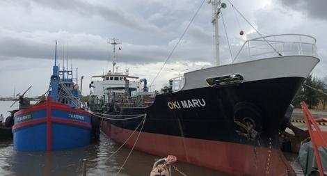 Bắt quả tang tàu nước ngoài đang sang mạn 1.000m3 dầu trái phép