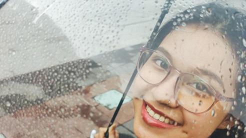 Chẳng ngại mưa gió, giới trẻ vẫn có những bức ảnh check-in cực độc đáo như thế này