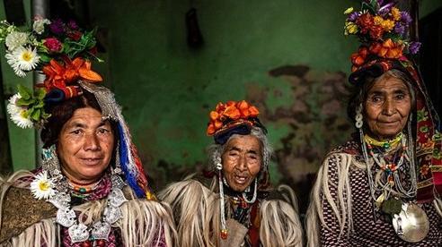 Kỳ lạ cuộc sống của bộ lạc có tập tục hôn nhau thoải mái, hoán đổi vợ công khai