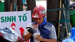 Những người thường xuyên phải ở ngoài trời trong thời tiết nắng nóng đừng bao giờ quên làm việc này để bảo vệ bản thân
