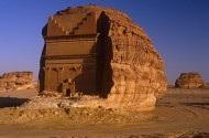 Cận cảnh ngôi mộ tạc từ khối đá khổng lồ nằm trơ trọi giữa sa mạc