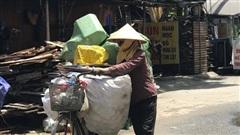 Dân nghèo ở Hà Nội gồng mình mưu sinh dưới nắng nóng đỉnh điểm: 'Đội nắng nhặt 100 vỏ lon nhôm, bán được 15 nghìn đồng nhưng vẫn phải cố'