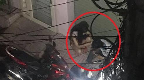 Hình ảnh cặp đôi lúi húi trước cửa nhà trong đêm khuya khiến ai cũng tò mò, song câu chuyện đằng sau lại rất khác
