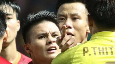 Cùng là hành động chỉ mặt, Quang Hải bị chỉ trích tơi bời ở V.League nhưng được tán dương rợp trời ở tuyển Việt Nam